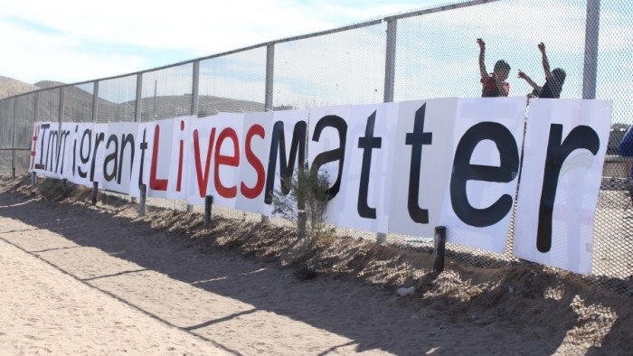 Immigrant families gather at the border fence in Sunland Park, New Mexico (Maria Esquinca)
