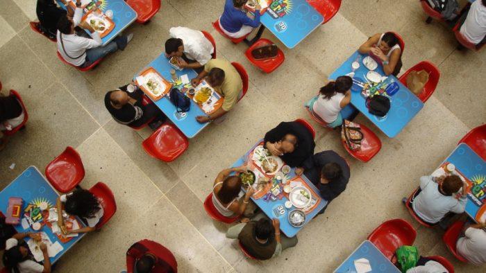 The food court at a mall in Caracas, 2006 (Liliana Amundaraín/Flickr)